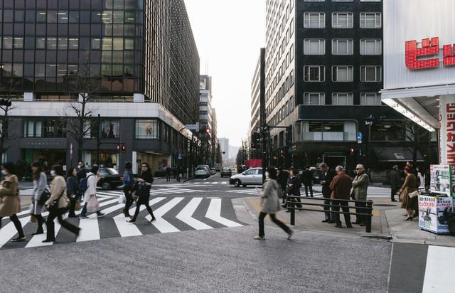 交差点を行き交う人々