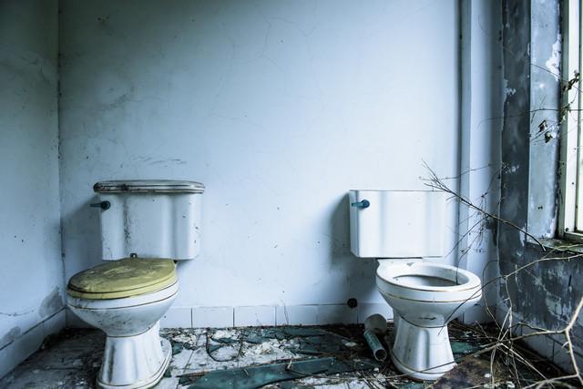 廃墟のトイレ