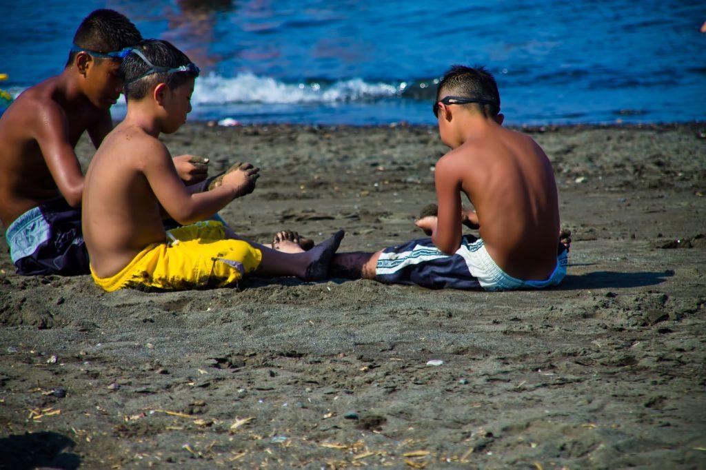 海水浴場で砂遊びをする子どもたち