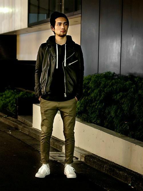 黒いジャケットとカーキーのパンツのコーデ
