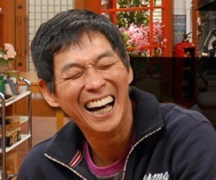 顔をくしゃっとして笑っている明石家さんまの画像・壁紙